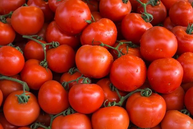 Tomates vermelhos maduros frescos em um mercado