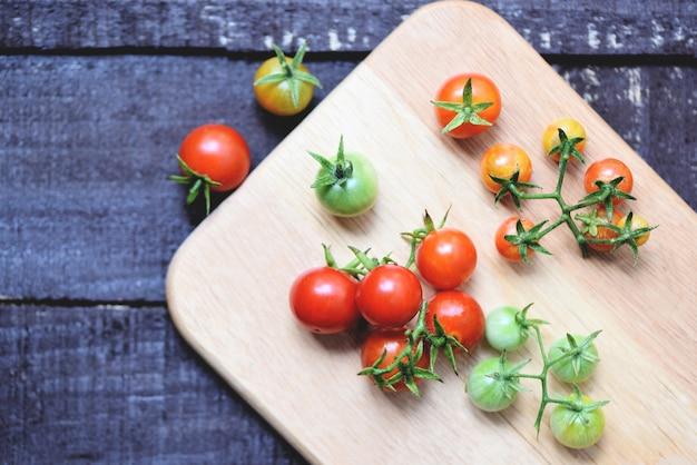 Tomates vermelhos maduros na madeira
