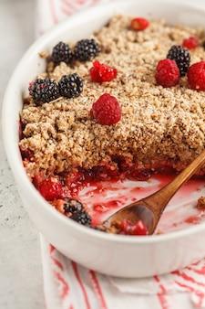 Tome o café da manhã com café e desmonte a torta, fundo branco, conceito saudável do café da manhã.