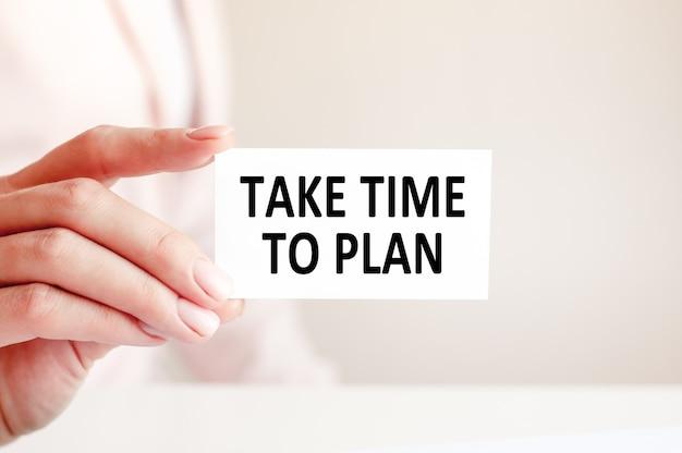 Tome tempo para planejar está escrito em um cartão de visita branco com a letra de uma mulher. conceito de negócios e publicidade