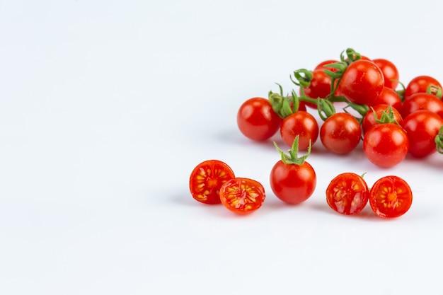 Tometo é o principal material para fazer ketchup na parede branca.
