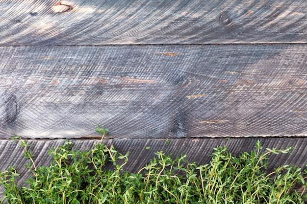 Tomilho em um fundo de madeira