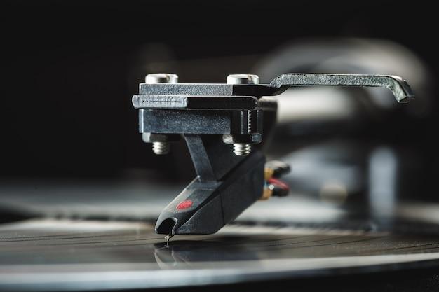 Tonearm com cartucho de fundo para discos de vinil. close-up, copie o espaço.