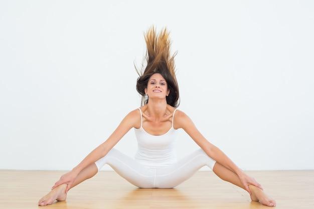 Toned, mulher, lançar, cabelo, em, condicão física, estúdio