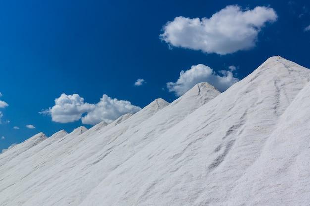 Toneladas de sal em enormes montes esperando para serem ensacados ...