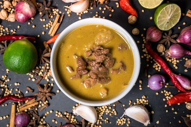 Tongseng é uma cozinha tradicional da indonésia. tongseng é uma espécie de curry com temperos mais fortes