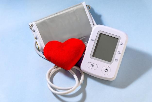 Tonômetro elétrico branco com coração. aparelho de medição de pressão.