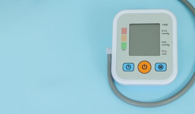 Tonômetro eletrônico para medir a pressão arterial com o close up do monitor em branco. espaço para texto