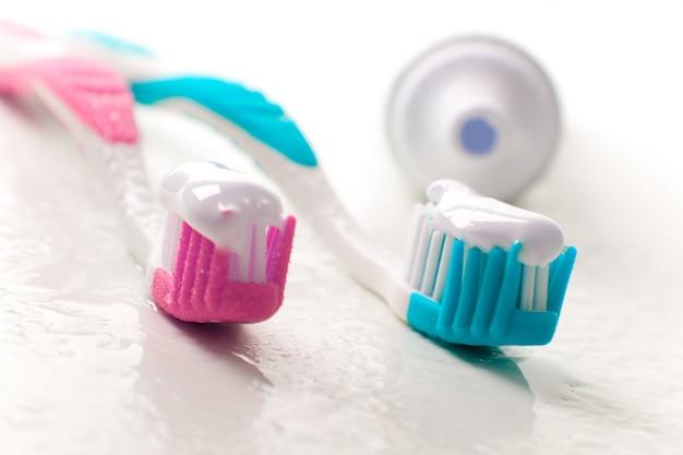 Toothpaste e toothbrushes closeup. cuidado dental