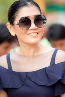 Toothy sorridente rosto de emoção de felicidade linda mulher asiática