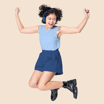 Top azul e shorts com espaço de design moda casual feminina