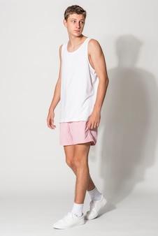 Top branco e shorts rosa masculinos