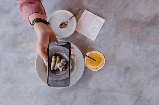 Top de mão segurando o smartphone