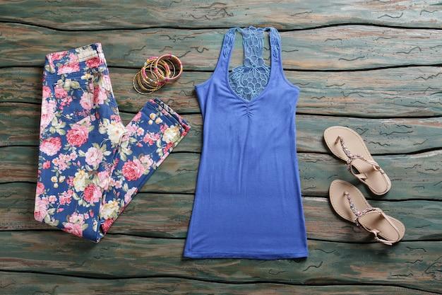 Top e calças azuis. sandálias com top e calças. vestuário de verão da loja da marca. novo design e materiais de qualidade.