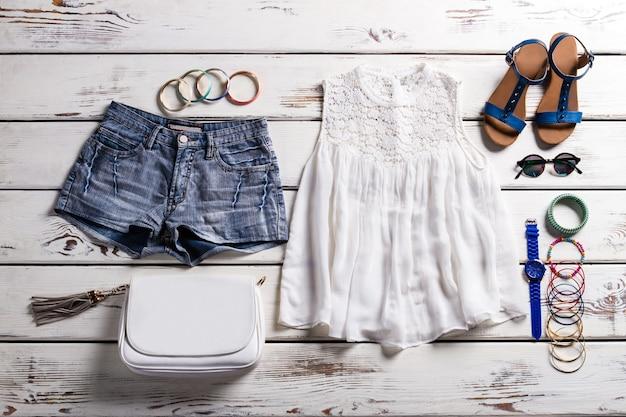 Top feminino com encaixe em renda. guarda-roupa feminino em backround de madeira. roupas delicadas para mulher. peças da coleção de verão.