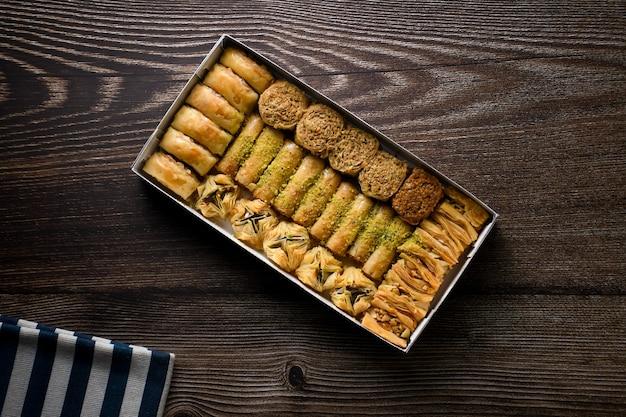 Top of view baklava turco pastelaria doce com caixa