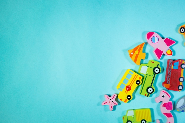 Top of view carros de brinquedo de madeira e animais marinhos em fundo azul brinquedos na mesa