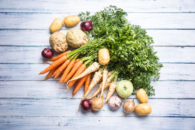 Top of view variedade de legumes frescos na mesa de madeira.