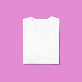 Top up view gola redonda t-shirt dobrada isolada no fundo roxo. adequado para o seu projeto de design.