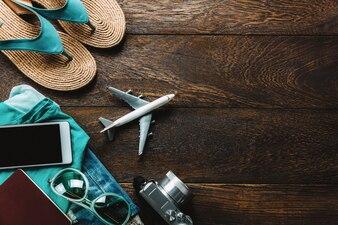 Top view acessórios viajar com telefone celular, câmera, óculos de sol