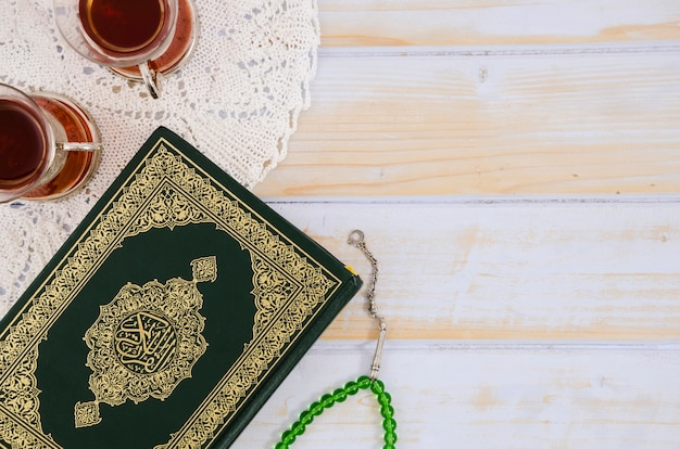 Top view alcorão, chá e grânulos de oração