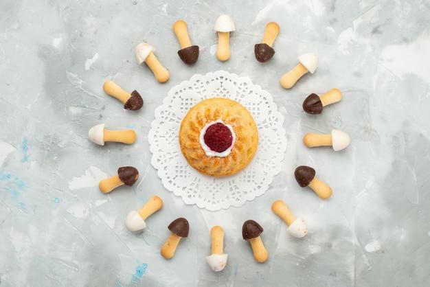 Top view stick buscuits soft com diferentes capas de chocolate forradas com bolo na superfície cinza clara bolo biscoito biscoito
