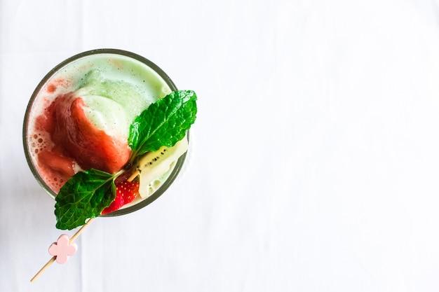 Topdown vista de morango, banana, giwi, vidro suave com folha verde