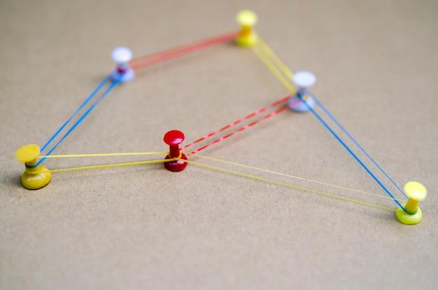Tópicos de conectividade de solução de estratégia. vasos conectados com linhas coloridas e pinos de perto