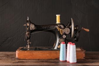 Tópicos perto de máquina de costura