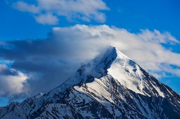 Topo coberto de neve da montanha no himalaia
