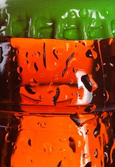 Topo da garrafa de cerveja molhada. fundo ou textura