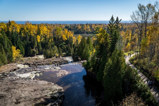 Topo da gooseberry falls over lake superior no norte de minnesota