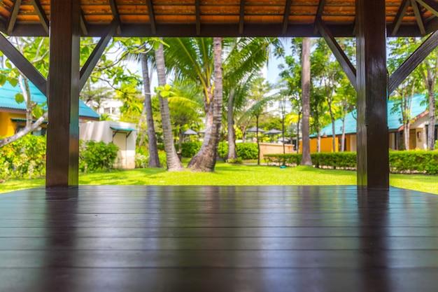 Topo da mesa de madeira com fundo de árvores de palma