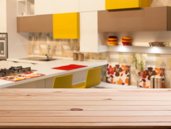 Topo da mesa de madeira e espaço na cozinha