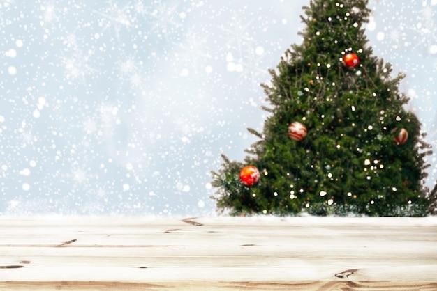 Topo da mesa de madeira vazia com linda árvore de natal