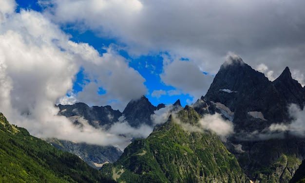 Topo da montanha nas nuvens. vista da cordilheira do cáucaso, na rússia.
