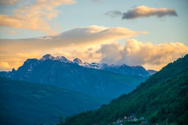 Topo da montanha prokletije ao pôr do sol. montenegro.