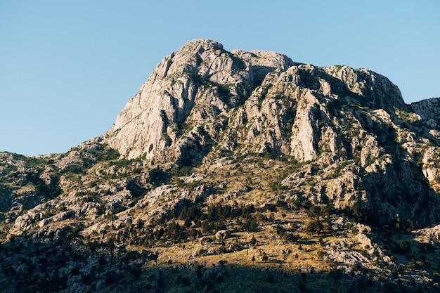 Topo da montanha rochosa acima da cidade velha de kotor, em montenegro