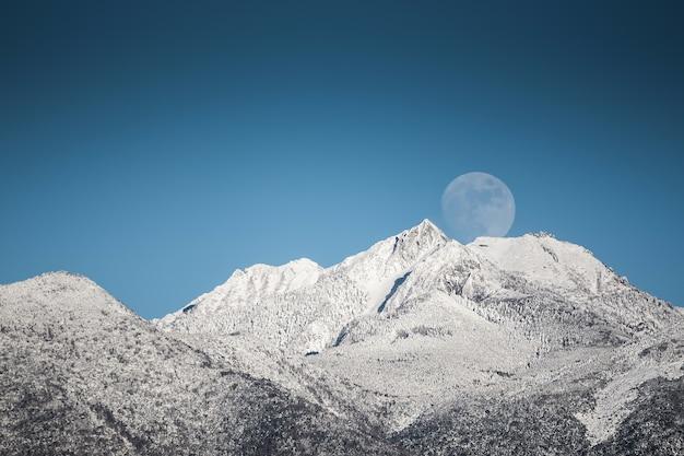 Topo das montanhas, lua
