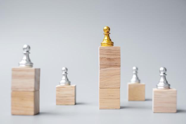 Topo das peças de peão de xadrez dourado