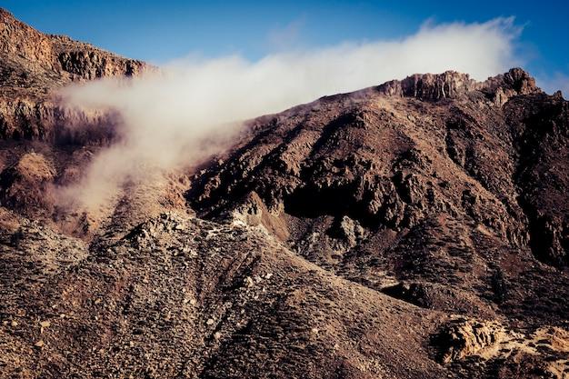 Topo de montanhas rochosas com nuvens movidas pelo vento - conceito de liberdade e aventura para o paraíso dos caminhantes e escaladores - parque nacional ao ar livre