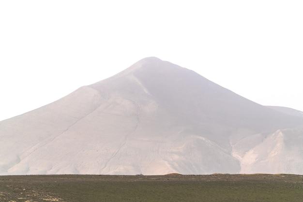 Topo de uma alta montanha no meio do nevoeiro