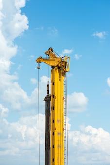 Topo de uma plataforma de perfuração de construção contra o céu