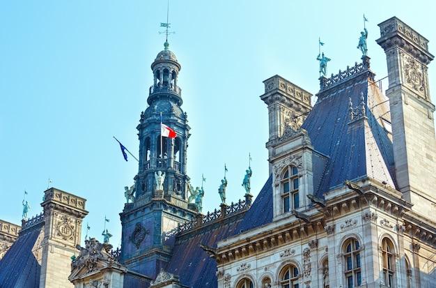 Topo do hotel de ville, câmara municipal de paris, frança. construído em 1533-1835. reconstrução em 1873-1892. arquitetos theodore ballu e edouard deperthes.