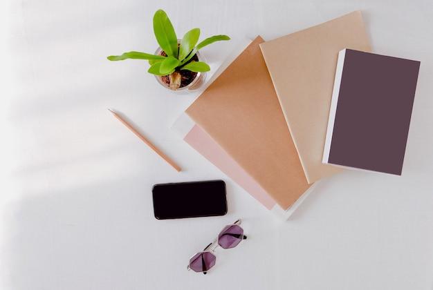 Topo do livro de pilha de maquete ou notebook