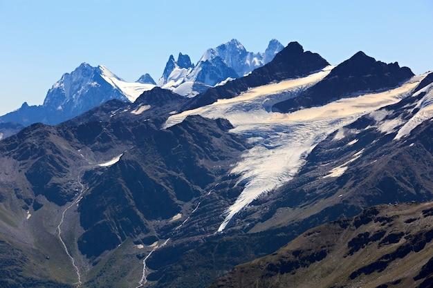 Topo do monte kogutai com neve e geleiras no norte do cáucaso.