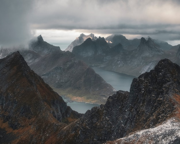 Topo do monte munken acima dos fiordes sob um céu tempestuoso nas ilhas lofoten