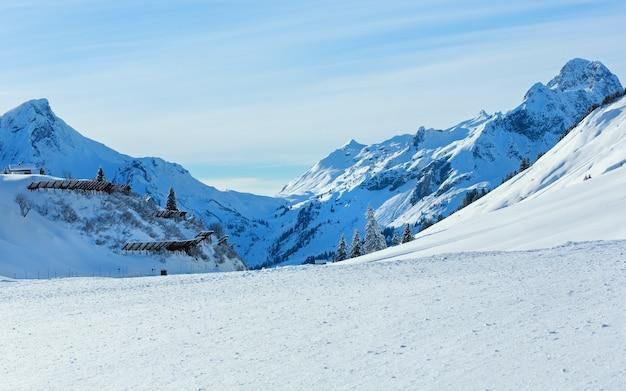 Topo rochoso de montanha de inverno e barreira de neve na colina (áustria, tirol).