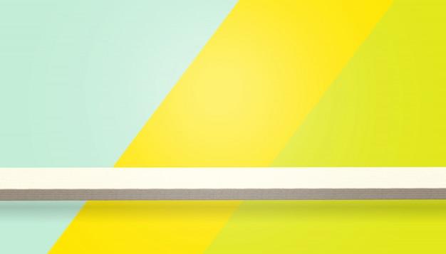 Topo vazio de mesa de madeira ou contador isolado em fundo colorido