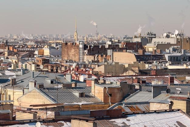 Topos dos telhados antigos no centro da cidade de são petersburgo, rússia